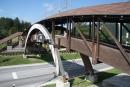 Drevený mostík ponad cestu