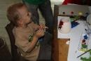 Maľovanie svietnika - kubko si sam krasne namaloval svietnik aj vazicku